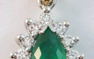 120033 : Pear-shaped Emerald & Diamond Pendant
