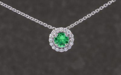 120277 : White Gold Tsavorite & Diamond Pendant & Chain Set
